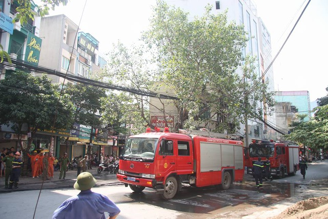 Lực lượng PCCC nhanh chóng có mặt để dập tắt ngọn lửa, tránh lan sang các khu vực bên cạnh.