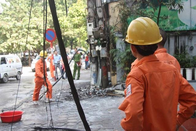 Công nhân điện lực cũng có mặt để khắc phục sự cố.