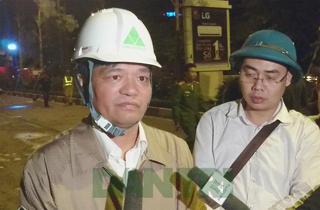 Ông Dương Cao Thanh (bìa trái) trao đổi với báo chí ngay tại hiện trường vụ cháy.