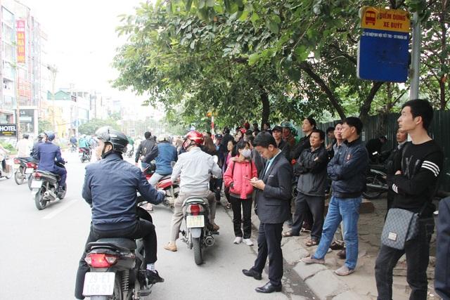 Cho đến cuối giờ sáng nay (2/11), vẫn rất nhiều người dân đứng theo dõi hiện trường các ngôi nhà cháy.