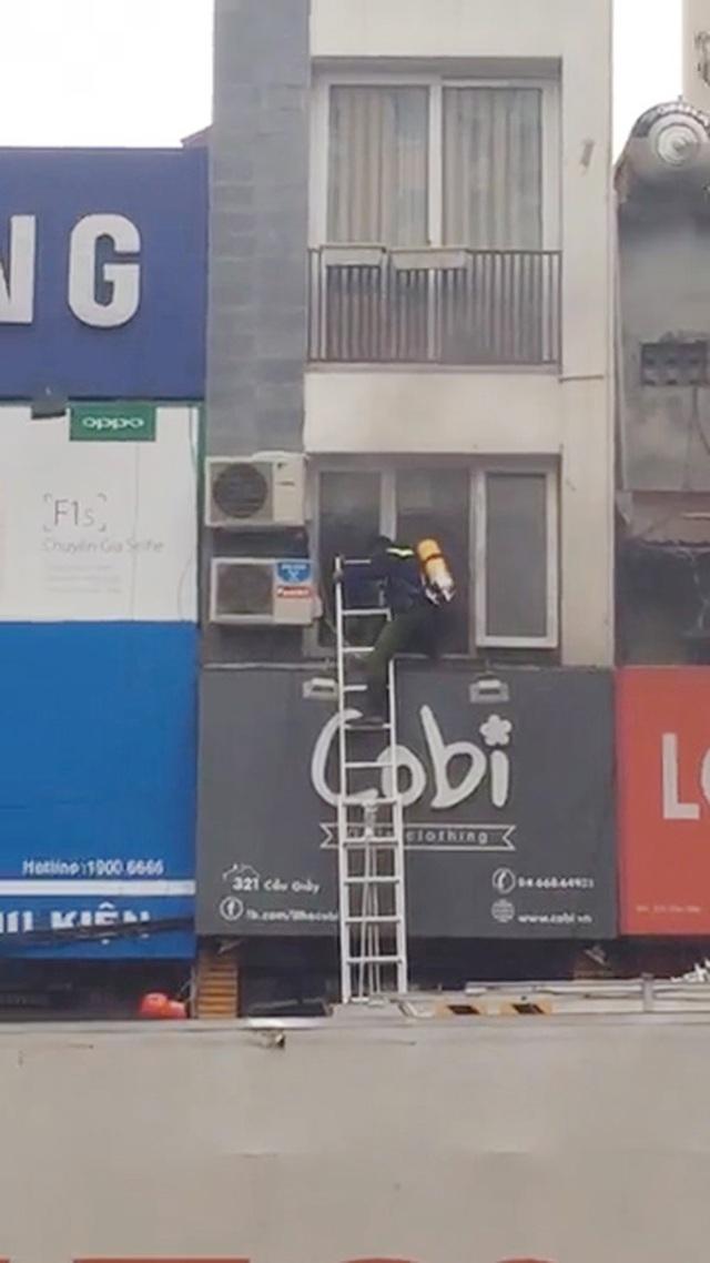 Lực lượng PCCC đang tiếp cận đám cháy tại tầng 2 của ngôi nhà 5 tầng.