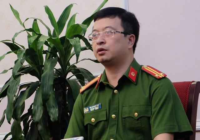 Trung tá Bùi Quang Việt trao đổi với báo chí sáng ngày 2/11.