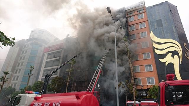 Khói lửa bốc ra cuồn cuộn nhiều giờ tại quán karaoke số 68, Trần Thái Tông, phường Dịch Vọng Hậu (quận Cầu Giấy, Hà Nội) xảy ra chiều 1/11, làm 13 người chết, nhiều đồ đạc bị thiêu rụi.