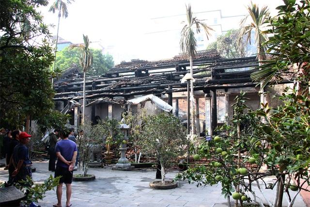 Nhiều người dân xót xa nhìn khu Nhà Tổ chùa Tĩnh Lâu bị ngọn lửa thiêu rụi.