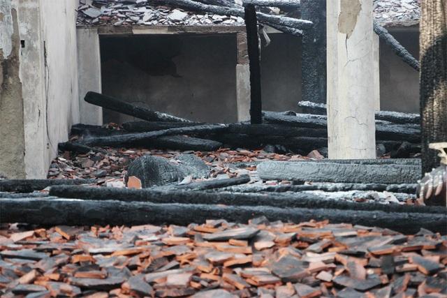 Nhiều đồ đạc trong khu Nhà Tổ bị thiêu rụi.