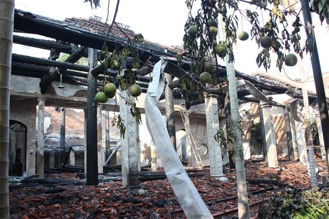 Nhà Tổ chùa Tĩnh Lâu bị cháy trơ khung cột.