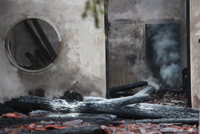 Hình ảnh tro tàn trong ngôi chùa cháy gần Hồ Tây - 11