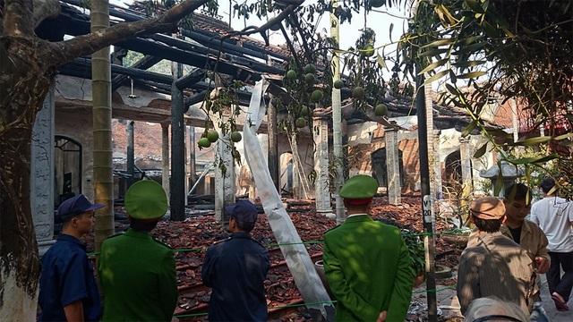 Lực lượng công an khu vực đang điều tra làm rõ nguyên nhân cháy khu Nhà Tổ của chùa Tĩnh Lâu.