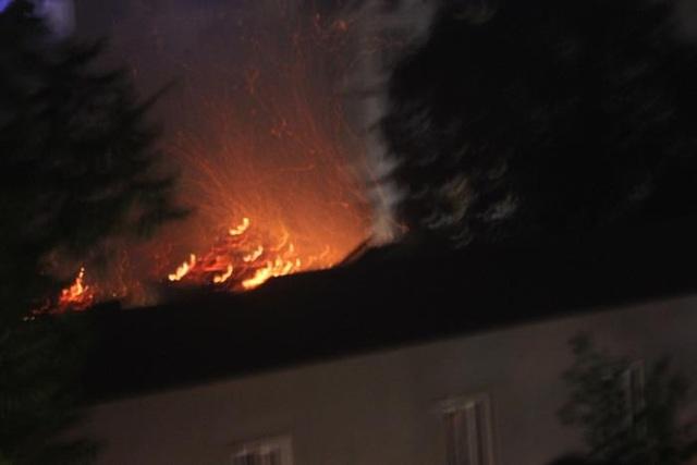 Khói lửa bốc cháy dữ dội tại khu nhà tổ của chùa Tĩnh Lâu.