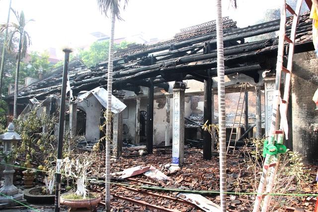 Hình ảnh tro tàn trong ngôi chùa cháy gần Hồ Tây - 5