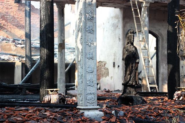 Hình ảnh tro tàn trong ngôi chùa cháy gần Hồ Tây - 9