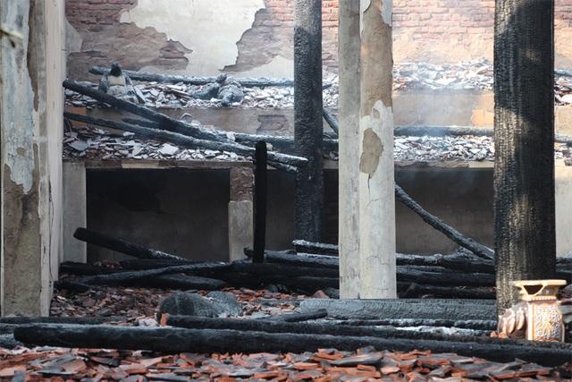 Hình ảnh tro tàn trong ngôi chùa cháy gần Hồ Tây - 10