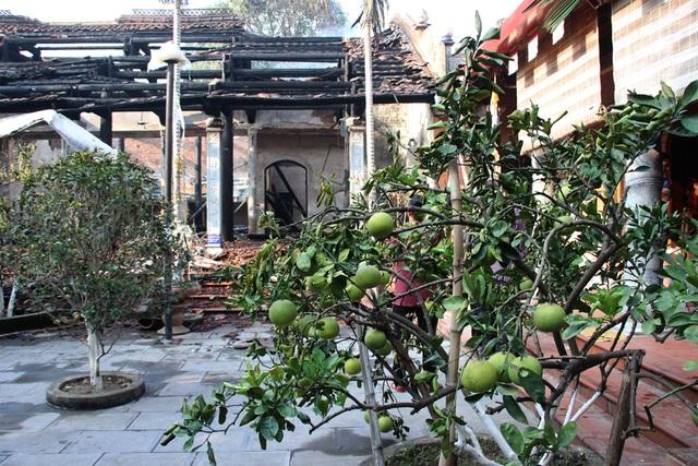 Hình ảnh tro tàn trong ngôi chùa cháy gần Hồ Tây - 3