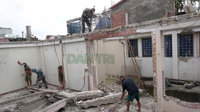 Phá dỡ ngôi nhà nghiêng gần 1m ở Hà Nội - 1