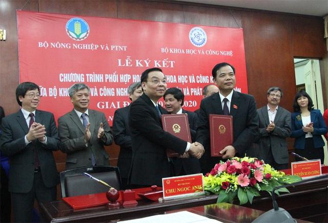 Bộ trưởng Chu Ngọc Anh (bìa trái) và Bộ trưởng Nguyễn Xuân Cường ký kết chương trình...