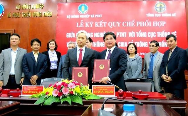 Thứ trưởng Bộ NN&PTNT Lương Quốc Doanh (bìa phải hàng đầu) và Tổng Cục trưởng Tổng Cục Thống kê Nguyễn Bích Lâm cùng trao bản ký kết Quy chế phối hợp...