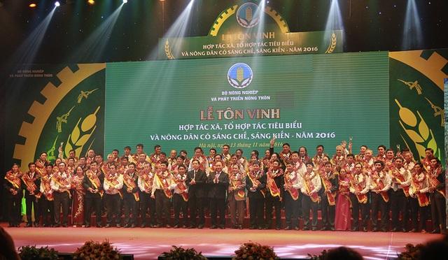 Thủ tướng Nguyễn Xuân Phúc và Bộ trưởng Bộ NN&PTNT Nguyễn Xuân Cường chụp ảnh lưu niệm với 51 HTX, THT tiêu biểu và 17 nông dân có sáng chế, sáng kiến nông nghiệp, năm 2016.