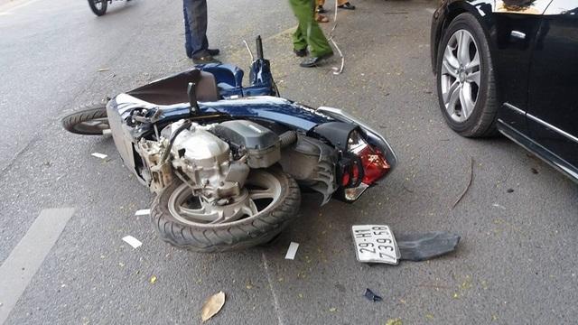 Hai xe máy bị hư hỏng nặng.