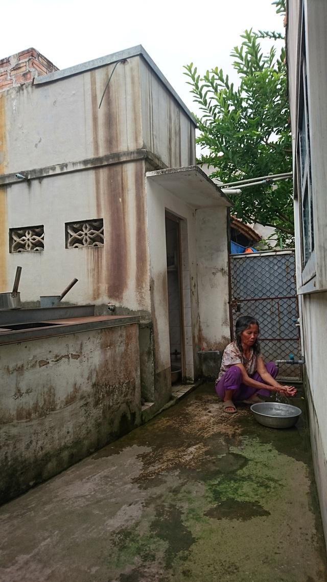 Nhà bà Xuyến dùng 2 nguồn nước: giếng khoan và nước mưa. Tuy nhiên, gia đình bà Xuyến vẫn cảm thấy chưa yên tâm về 2 nguồn nước này.