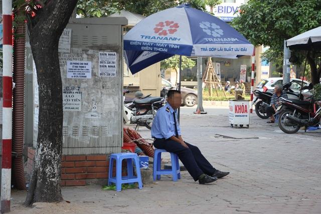Người bảo vệ ngồi rất sát bốt điện trên phố Thái Hà.