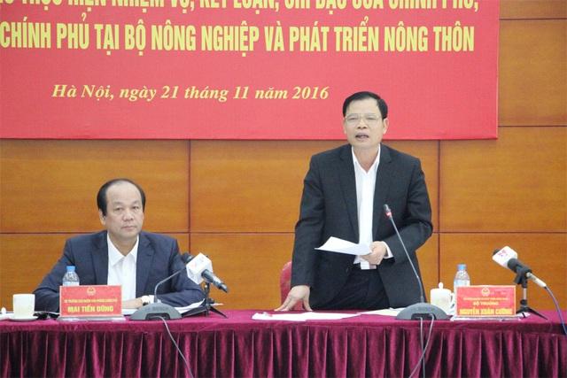 Bộ trưởng Bộ NN&PTNT Nguyễn Xuân Cường (đứng) được Thủ tướng Nguyễn Xuân Phúc đánh giá cao về thái độ làm việc quyết liệt và trách nhiệm.
