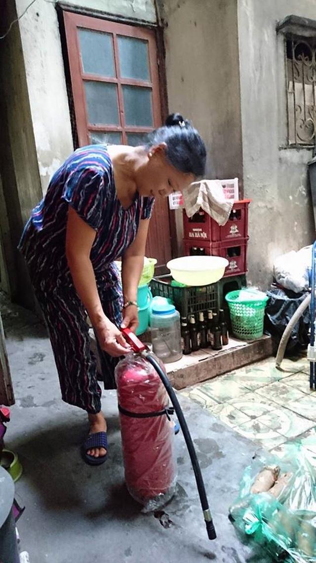 Bà Huệ cho biết, gia đình bà được UBND phường Hàng Gai (Hoàn Kiếm, Hà Nội) trang bị cho chiếc bình cứu hỏa mini, đó cũng là chiếc bình cứu hỏa mà bà dùng để dập tắt đám cháy từ chiếc xe máy trên phố Hàng Nón chiều qua (21/11).