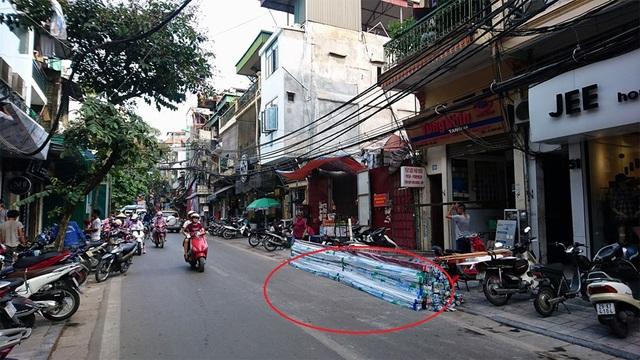 Vị trí chiếc xe máy bốc cháy (trong vòng tròn đỏ) tại phố Hàng Nón.