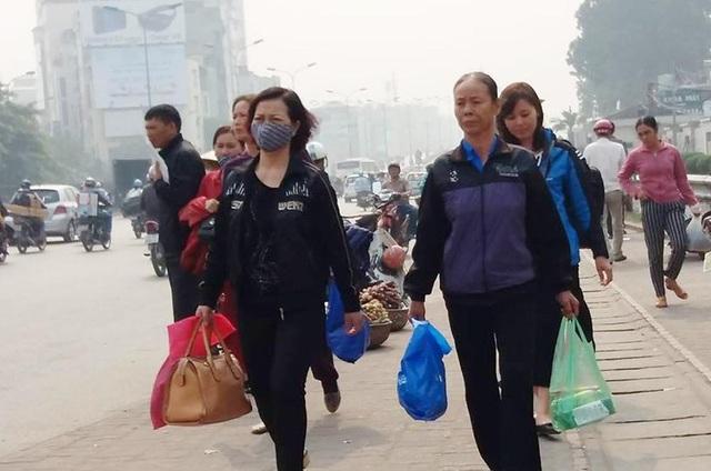 Người dân chật vật đi bộ vào BV Bạch Mai khám, chữa bệnh - 7