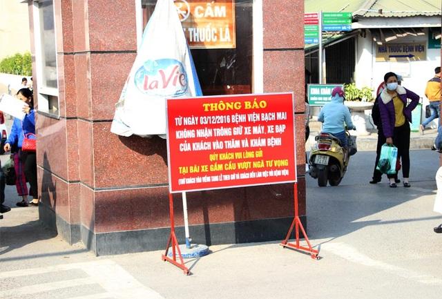 Thông báo ngừng trông xe máy, xe đạp của khách đến thăm và khám bệnh tại Bệnh viện Bạch Mai được đặt ngay cổng ra vào
