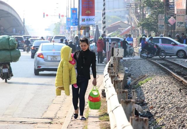 Người dân chật vật đi bộ vào BV Bạch Mai khám, chữa bệnh - 5
