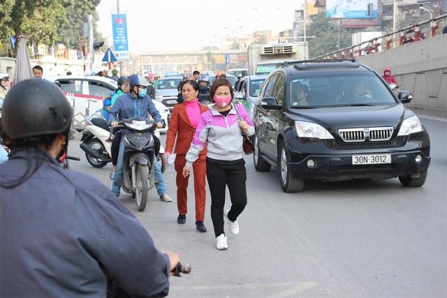 Người dân chật vật đi bộ vào BV Bạch Mai khám, chữa bệnh - 8
