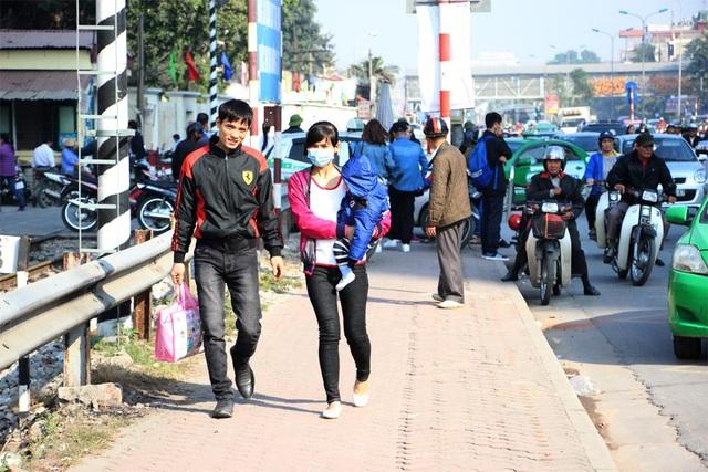 Người dân đã rất vất vả vì phải đi bộ quãng đường dài mới vào bệnh viện khám, chữa bệnh được.