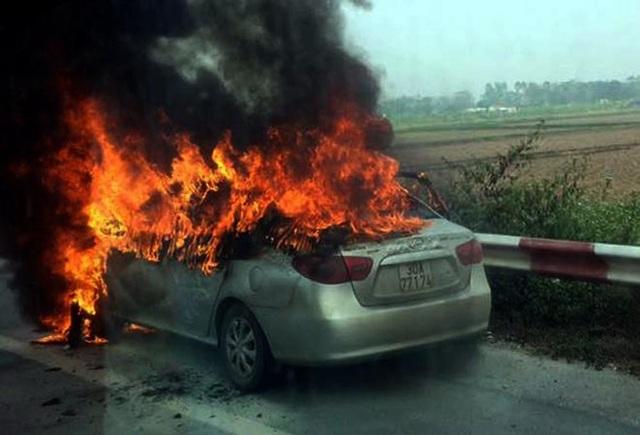 Xe ô tô 5 chỗ bốc cháy dữ dội trên cao tốc Pháp Vân - Cầu Giẽ.