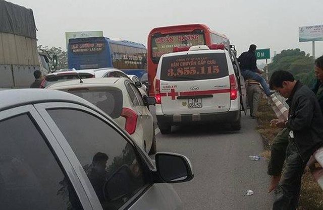 Giao thông ùn tắc kéo dài theo hướng về Hà Nội.