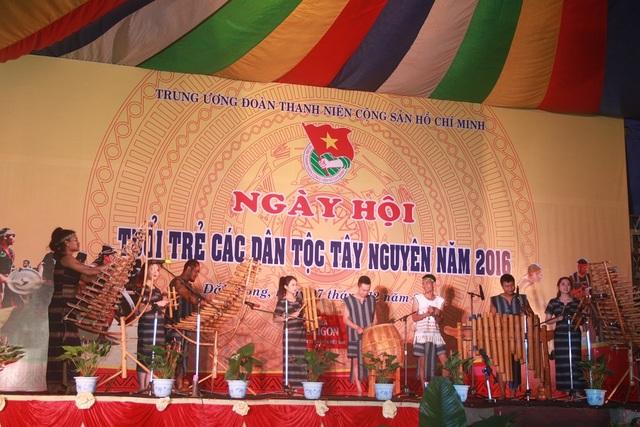 Biểu diễn các nhạc cụ dân tộc đặc trưng khác như: K'long Put, T'rưng…