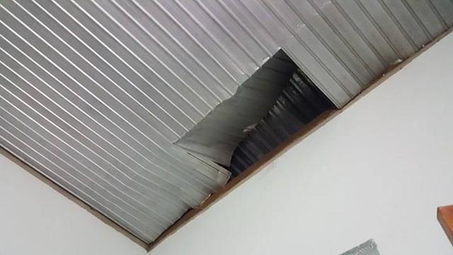 Nhà dân bị sụt trần nhà sau vụ nổ