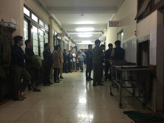 Người thân nạn nhân túc trực tại Khoa Cấp cứu - Bệnh viện Đa khoa tỉnh Đắk Lắk