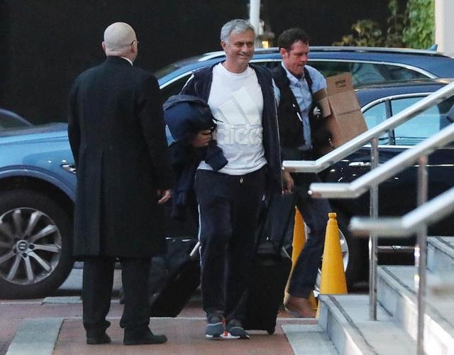Mourinho trở về khách sạn Lorwy sau 12 tiếng làm việc