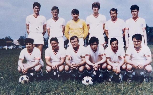 HLV Wenger (thứ 4 từ trái sang) chụp hình cùng đội bóng làng Duttlenheim