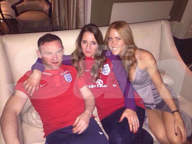 Wayne Rooney bên cạnh hai chân dài lạ mặt