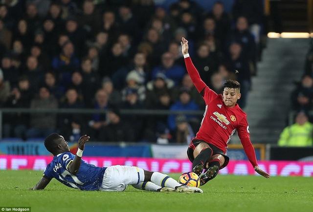 Marcos Rojo may mắn thoát khỏi thẻ đỏ sau pha vào bóng bằng cả hai chân