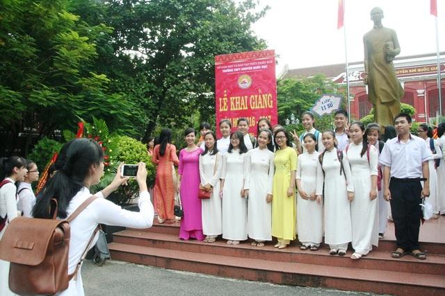 Các thầy cô và học sinh trường Quốc học chụp ảnh lưu niệm sau lễ khai giảng.