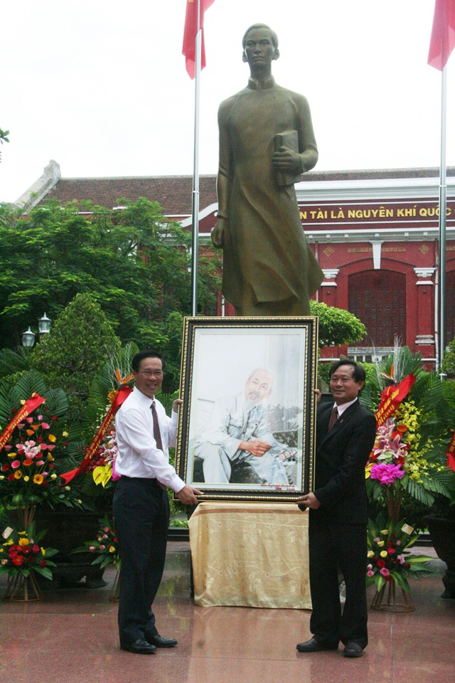 Ông Võ Văn Thưởng tặng nhà trường bức ảnh Chủ tịch Hồ Chí Minh.