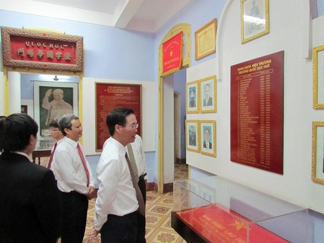 Ông Võ Văn Thưởng thăm phòng lưu niệm nhà trường, nơi lưu giữ những kỷ niệm của nhiều vị lãnh đạo Đảng và Nhà nước ta đã học tại đây.