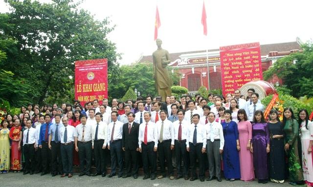 Tập thể giáo viên trường chuyên Quốc Học Huế chụp ảnh lưu niệm cùng Trưởng Ban Tuyên giáo Trung ương - Võ Văn Thưởng