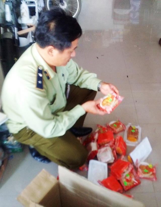 Chi cục Quản lý Thị trường tỉnh Thừa Thiên Huế đang kiểm tra số bánh trung thu ghi sai ngày sản xuất trên