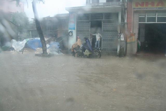 Nước mưa tạt dữ dội ở trên đường Quốc lộ đoạn đi qua Dạ Lê