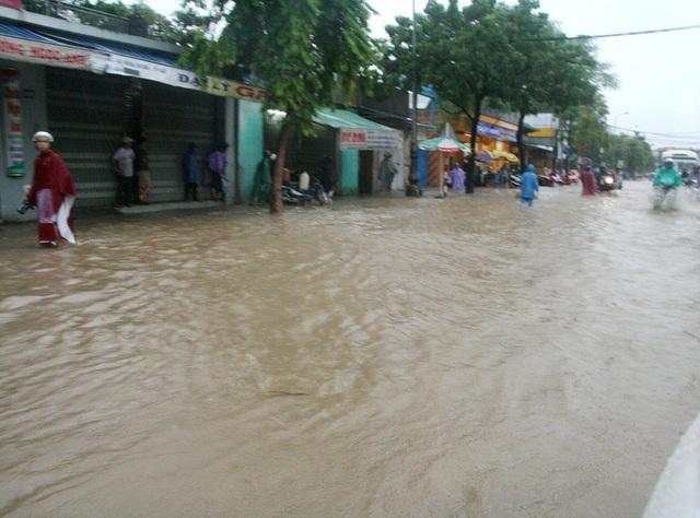 Nước ngập cực lớn tại nhiều điểm tại Huế