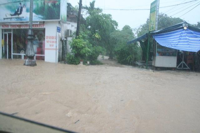 Nước chảy cuộn vào một hẻm xóm trên Quốc lộ 1A
