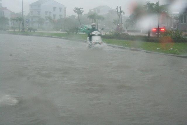 Xe chạy giữa những dòng nước như sông dưới chân cầu vượt Thủy Dương, Thị xã Hương Thủy